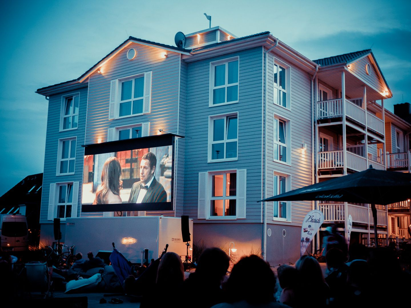mini open air kino public viewing beach motel st peter ording. Black Bedroom Furniture Sets. Home Design Ideas